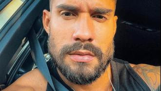 Ex-BBB Bil Araújo radicaliza no visual e surge com a cabeça raspada em novos cliques: ''Cara de bad-boy''