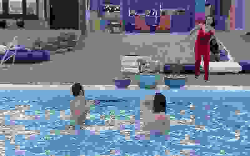 Fiuk e Gilberto cumprem promessa, dão selinho e pulam pelados na piscina do BBB21
